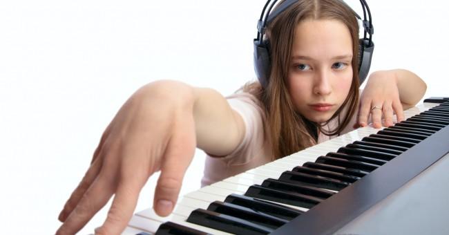cho-tre-hoc-piano-tren-organ
